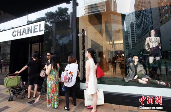 香港尖沙咀广东道,世界顶级品牌奢侈品商店林立。吸引不少高端消费的游客选购。 <a target='_blank' href='http://www.chinanews.com/'>中新社</a>记者 洪少葵 摄