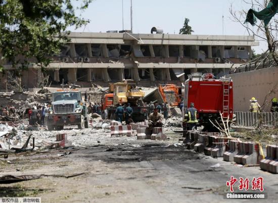 报道称,此次爆炸发生地点是使馆区,众多外国使馆和政府部门坐落在附近。图为受损的德国使馆。