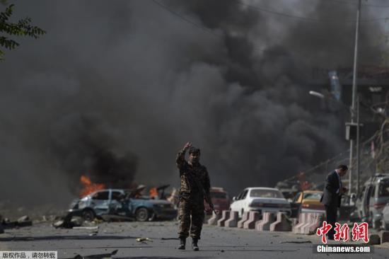 美联社援引阿富汗内政部副发言人丹尼斯消息称,此次爆炸是自杀式汽车炸弹袭击,已经导致至少50人死伤。