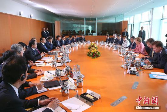 当地时间5月31日下午,中国国务院总理李克强在柏林总理府同德国总理默克尔举行中德总理年度会晤。 中新社记者 刘震 摄