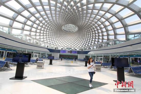 6月1日,天津于家堡高铁站内,一位旅客准备入站乘坐高铁。于家堡高铁站的建设为全球首例单层大跨度网壳穹顶钢结构工程,该站于2015年9月20日正式通车,标志着北京-天津-滨海新区快速通道的打通。 <a target='_blank' href='http://www.chinanews.com/'>中新社</a>记者 张道正 摄