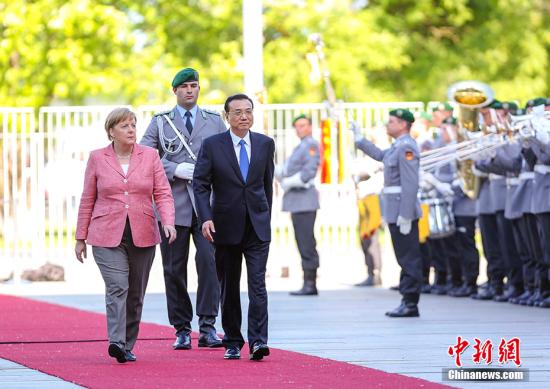 当地时间5月31日下午,中国国务院总理李克强在柏林总理府同德国总理默克尔举行中德总理年度会晤。 会晤前,默克尔在总理府广场为李克强举行隆重欢迎仪式。 中新社记者 刘震 摄