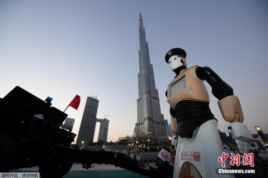 资料图:全球首个机器人警察亮相迪拜,迪拜市民可以向机器人警察提问、缴费、查询警局相关信息等。