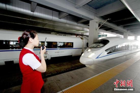 资料图:天津站高铁工作人员迎接入站的京津城际列车。<a target='_blank' href=