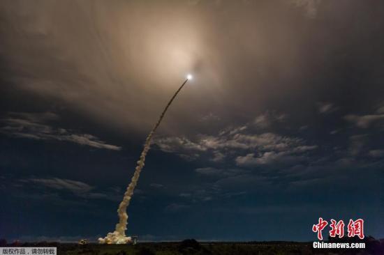 """当地时间6月1日,法国圭亚那库鲁,""""阿丽亚娜5""""型运载火箭搭载美国卫星ViaSat-2和法国卫星EUTELSAT 172B发射成功。"""