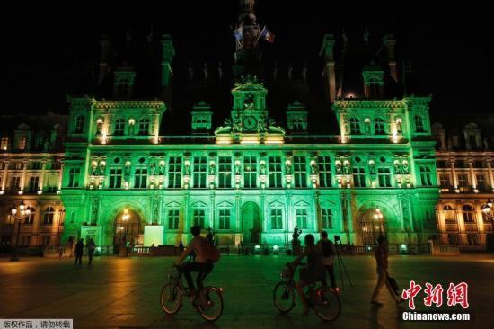 当地时间6月1日,法国巴黎市政府当晚亮绿灯,抗议美国总统特朗普退出《巴黎协定》。
