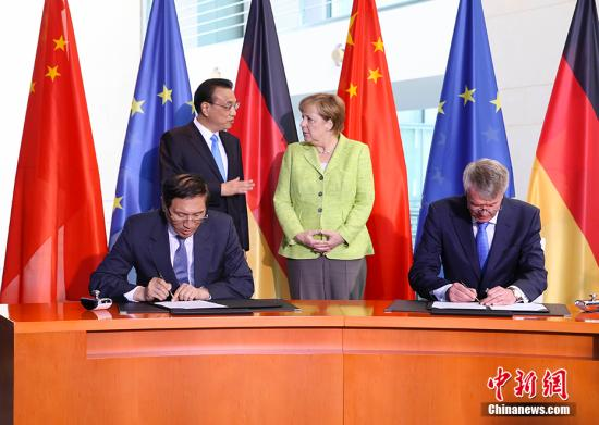 当地时间6月1日上午中国国务院总理李克强与德国总理默克尔共同会见记者。共见记者前两国总理共同见证了经贸、新能源汽车、三方合作、金融、人工智能等领域十余项双边合作文件的签署。 <a target='_blank' href='http://www.chinanews.com/'>中新社</a>&&你跟南宫流云都这么败兴吗<br>苏落很认真的摇头他身上有一股芳草清香的味道很好闻你比不上。<br>苏落这句话的最后三个字惹恼了冷七少<br>找死冷七少嗤笑一声站起来转身就朝那高高在上的位置走去他一边走一边头也不转的对苏落冷笑你确实有第三种选择这种选择会让你性命不保的可爱的小丫头。<br>就在冷七少坐在高高的位置上时苏落这边已经围绕了一群舞姬。记者 刘震 摄