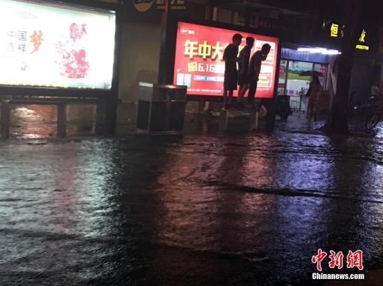 资料图:6月1日夜,暴雨致福州积水严重,等公交车的民众被水围困。中新社记者 张丽君 摄