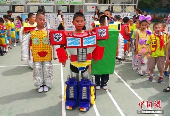 """资料图:小学学生庆祝""""六一""""儿童节。 达媛 摄"""
