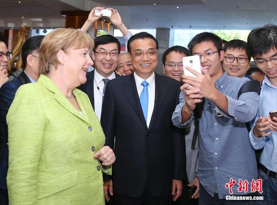 """当地时间6月1日上午,中国国务院总理李克强在柏林与德国总理默克尔共同出席""""中德论坛�D共塑创新""""。 记者 刘震 摄"""