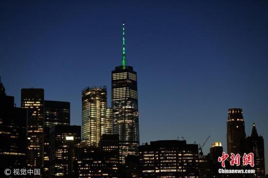 美国纽约世界贸易中心一号大楼楼顶亮起绿色灯光,抗议特朗普退出《巴黎协定》。
