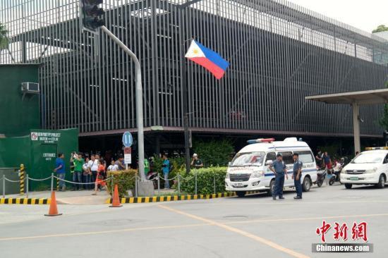 6月2日,许多菲律宾民众聚集在马尼拉云顶世界酒店附近,关心当天凌晨该酒店发生的袭击事件情况。6月2日凌晨,一名枪手闯入马尼拉云顶世界酒店内开枪并点燃赌桌引发火灾,已证实造成包括13名酒店员工、22位酒店客人在内共35人遇难,包括枪手在内共有36人死亡。<a target='_blank' href='http://www.chinanews.com/'>中新社</a>记者 张明 摄