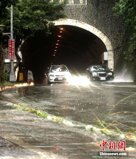 6月2日,台湾迎来大范围降雨,雨量较大的区域集中在北部。位于台北的东吴大学等机构出现淹水情况。根据当天下午四时许台湾气象部门发出的天气警报,基隆市、苗栗县、台中市、南投县、嘉义县、花莲县等地将持续迎来大豪雨。图为台北自强隧道当天一度因封闭,积水逐渐退去后重新开放。<a target='_blank' href='http://www-chinanews-com.zhentiweb.com/'>中新社</a>记者 刘舒凌 摄