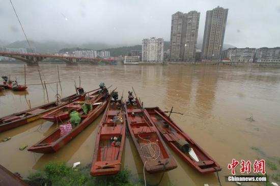 资料图:福建顺昌闽江上游富屯溪渔民正在整理船只。中新社记者 陈柏材 摄