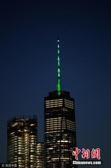 当地时间6月1日,美国纽约世界贸易中心一号大楼楼顶亮起绿色灯光,作为对特朗普决定退出《巴黎协定》的抗议。