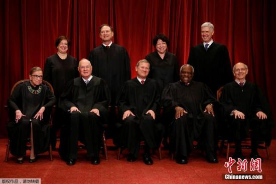 当地时间2017年6月1日,美国华盛顿,美国最高法院法官合影。照片依次是美国首席大法官约翰·罗伯茨(前排中)、大法官鲁斯·巴德·金斯伯格(前排左一)、安东尼·肯尼迪(前排左二)、克拉伦斯·托马斯(前排右二)、史蒂芬·布雷耶(前排右一)、艾蕾娜·卡根(后排左一)、塞缪尔·阿利托(后排左二)、索尼娅·索托马约尔(后排右二)以及尼尔·戈萨奇(后排右一)。