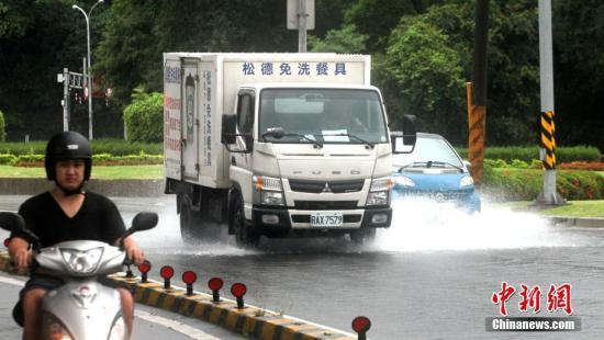 6月2日,台湾迎来大范围降雨,雨量较大的区域集中在北部。位于台北的东吴大学等机构出现淹水情况。根据当天下午四时许台湾气象部门发出的天气警报,基隆市、苗栗县、台中市、南投县、嘉义县、花莲县等地将持续迎来大豪雨。图为台北市区多出路面出现淹水情况。<a target='_blank' href='http://www-chinanews-com.xiangshustudio.com/'>中新社</a>记者 刘舒凌 摄