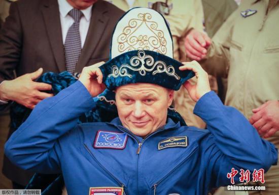 俄羅斯宇航員奧列格?諾維茨基戴上具有哈薩克斯坦民族特色的帽子。