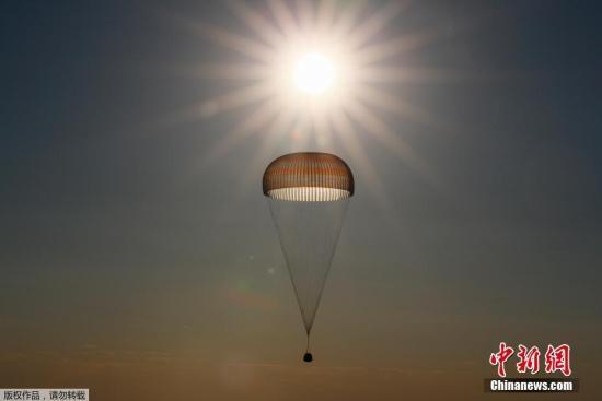圖為兩名宇航員搭乘的返回艙準備著陸。