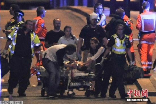当地时间6月3日,英国伦敦相继发生三起袭击事件,导致至少一人死亡,多人受伤。警方确认,前两起事件为恐怖袭击,第三起袭击事件与前两起恐袭无关。图为英国伦敦桥恐袭事件受伤者被送往医院。