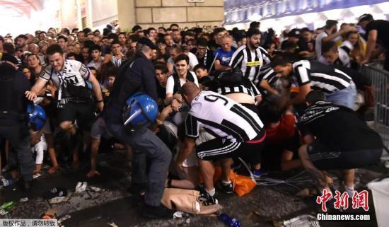 资料图:尤文图斯球迷发生踩踏事件。