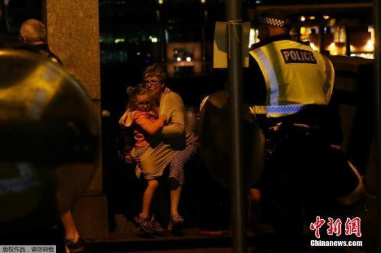 当地时间6月3日,英国伦敦相继发生三起袭击事件,导致至少一人死亡,多人受伤。警方确认,前两起事件为恐怖袭击,第三起袭击事件与前两起恐袭无关。图为英国民众抱孩子逃离恐袭事发地区。