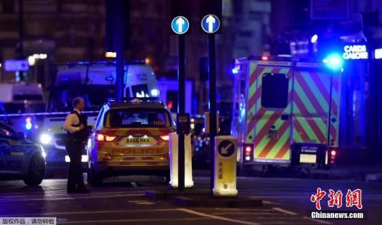 當地時間6月3日,英國倫敦相繼發生三起襲擊事件,導致至少一人死亡,多人受傷。警方確認,前兩起事件為恐怖襲擊,第三起襲擊事件與前兩起恐襲無關。圖為英國警方封鎖倫敦橋上的恐襲現場。