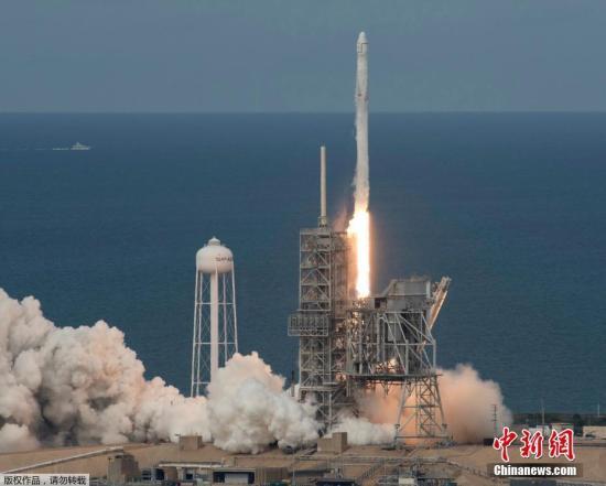 """当地时间6月3日,美国佛罗里达州卡纳维拉尔角,SpaceX公司猎鹰九号运载火箭搭载""""龙""""飞船从肯尼迪航天中心发射升空。这次发射任务的意义重大,标志着SpaceX首次尝试发射已使用过的""""龙""""货运飞船。该""""龙""""飞船曾于2014年9月首次飞向国际空间站,运送了近2.5吨货物。"""