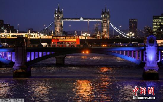 当地时间6月3日,英国伦敦相继发生三起袭击事件,导致至少一人死亡,多人受伤。警方确认,前两起事件为恐怖袭击,第三起袭击事件与前两起恐袭无关。图为当地时间6月3日,英国伦敦桥上发生厢型小货车撞向行人的恐袭事件,造成至少20人受伤。