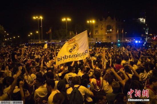 当地时间6月3日,2016-17赛季欧洲冠军联赛落下帷幕,皇家马德里在决赛中以4-1大胜尤文图斯,图为皇家马德里队球迷庆祝夺冠。