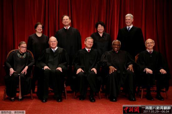 图为2017年6月1日拍摄美国最高法院法官合影,图中前排最左侧为金斯伯格。
