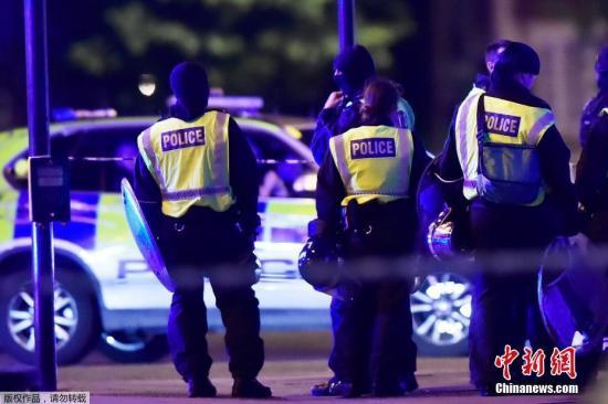 当地时间6月3日,英国伦敦相继发生三起袭击事件,导致至少一人死亡,多人受伤。警方确认,前两起事件为恐怖袭击,第三起袭击事件与前两起恐袭无关。图为英国警方加强了伦敦桥周边区域的保安。