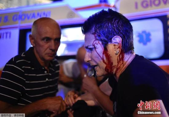 当地时间6月3日,数千尤文图斯球迷聚集在意大利都灵的圣卡洛广场观看大屏幕转播尤文图斯对皇家马德里的欧冠决赛。在下半场尤文图斯1比4落后时,观赛人群突然发生骚乱,许多尤文图斯的球迷开始尖叫着跑出广场。据当地媒体报道称,这起事件造成约600人受伤,5人重伤,当中包括1名遭到踩踏的7岁男童。
