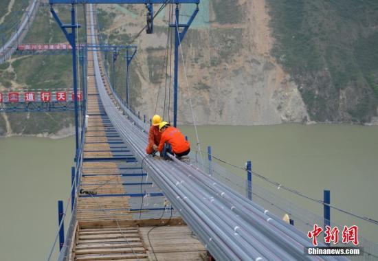 """资料图 雅康高速""""川藏第一桥""""建设进展顺利 。刘忠俊 摄"""