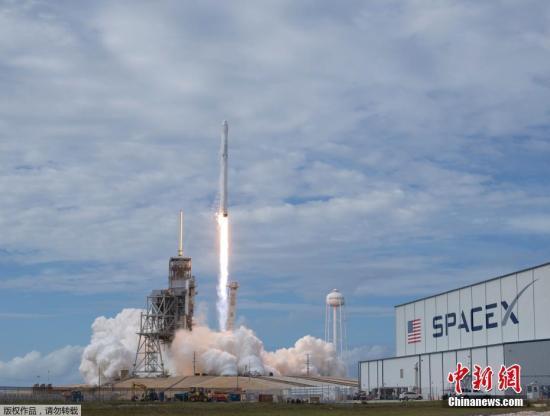 """资料图片:美国佛罗里达州卡纳维拉尔角,SpaceX公司猎鹰九号运载火箭搭载""""龙""""飞船从肯尼迪航天中心发射升空。。"""