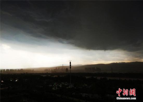 6月5日15时40左右,兰州天气突变,大风、暴雨、冰雹来袭,市区上空乌云密布。赵雅琪 摄