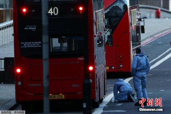 恐袭发生后,警方在伦敦巴金区(Barking)进行大规模搜捕并逮捕了12人。据报道,其中一名嫌犯在巴金区住了三年,已婚育有两个孩子。图为司法调查人员在案发地点进行搜寻调查。
