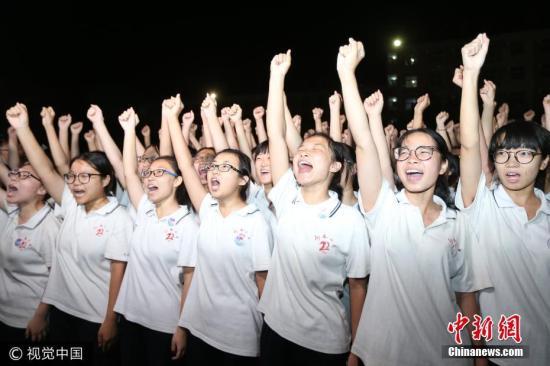 2017年6月2日晚,河北省衡水市,河北衡水二中举行了高考考前冲刺誓师大会,让高三考生通过誓师释放备考压力、增强自信。闫楠 摄 图片来源:视觉中国