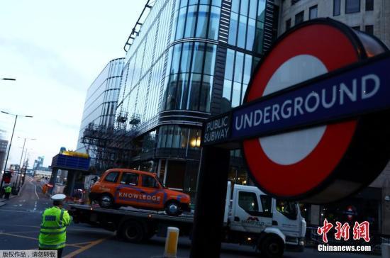 当地时间6月4日,伦敦警察局表示,伦敦3日晚发生恐怖袭击事件之后,警方已逮捕了12名与此事有关的嫌疑人,目前搜捕和调查行动仍在持续。图为警方将伦敦桥上被恐袭分子驾驶货车撞坏的出租车转移。