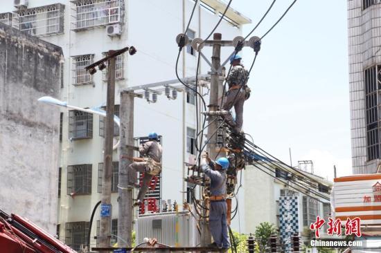 供电工人冒低温抢建功课。 卢传隆 摄