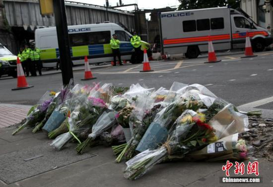 6月5日,在伦敦恐怖袭击事件发生地附近,民众向遇难者献花。6月3日夜,伦敦发生恐怖袭击事件,造成7人死亡,48人受伤。记者 周兆军 摄