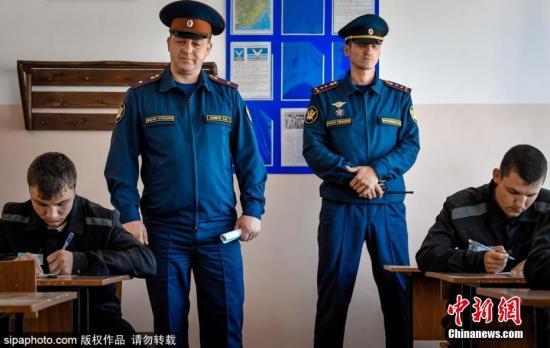 当地时间2017年6月5日,俄罗斯滨海边疆区Bolshoy Kamen小镇,在当地的Colony 29监狱夜校里,囚犯们参加期末考试。 图片来源:Sipaphoto版权作品 禁止转载