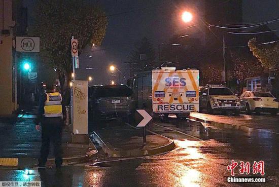 资料图:在事发地点附近,警方进行安全检查。