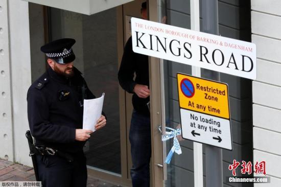伦敦警察局局长助理、英国资深反恐专家马克·罗利表示,警方目前正在进一步调查袭击者的个人资料和社交关系,重点调查他们发动袭击是否得到其他人的协助。图为一名警察在被搜查的房子外。