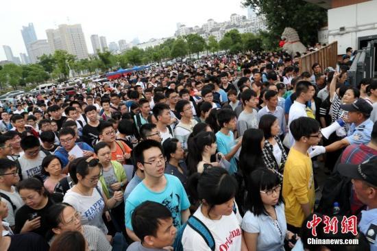 资料图:高考考生进入考场。刘占昆 摄