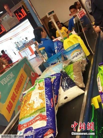 在出现与沙特阿拉伯的边境关闭的消息后,商店的货架瞬间就被一扫而空,大量的食品都是通过这个渠道运进的。