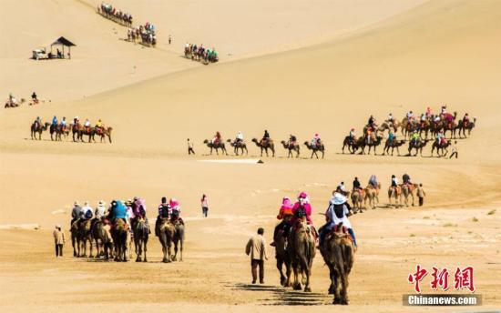 资料图:6月以来,丝绸之路国际旅游名城甘肃敦煌进入了旅游旺季。王斌银 摄