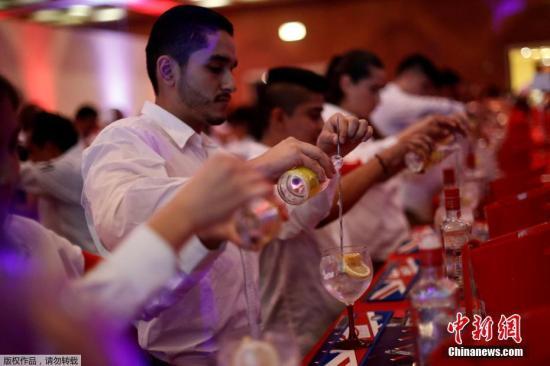 资料图:调酒师在调酒。