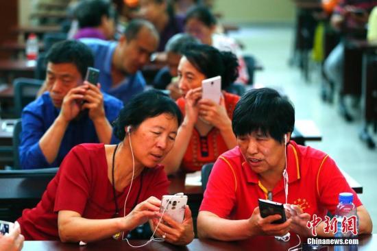 资料图:残障人士学习使用智能手机 <a target='_blank' href='http://www.chinanews.com/'>中新社</a>记者 富田 摄