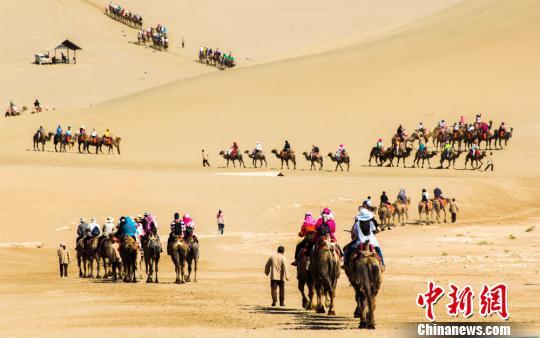 资料图:6月以来,丝绸之路国际旅游名城甘肃敦煌进入了旅游旺季。 王斌银 摄